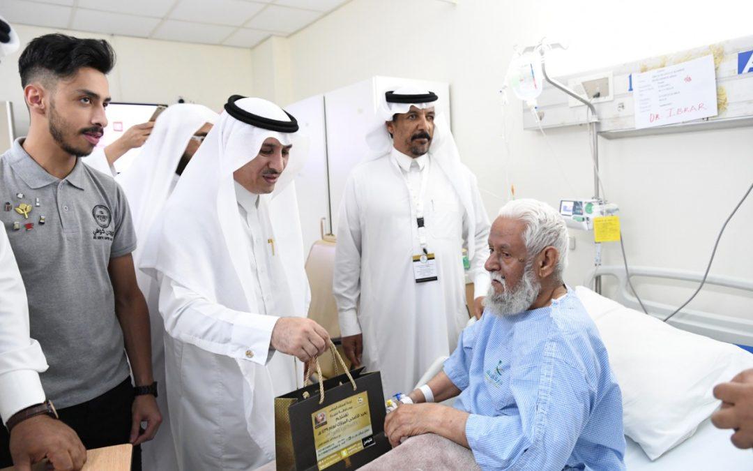 محافظ عنيزة وأصدقاء المرضى يزورون المنومين في مستشفى الملك سعود